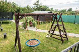 Dětské hřiště v zahradě penzionu
