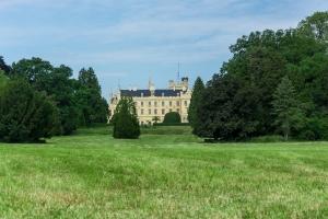 Pohled na zámek - za naší zahradou v parku